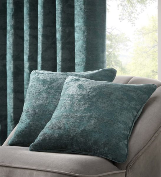 TOPIA EMERALD CUSHION DETAIL